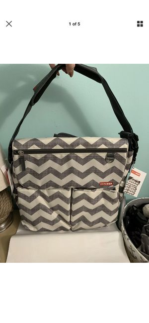 Hop skip gray chevron print messager diaper bag for Sale in New York, NY