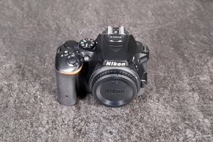 NIKON D5500 DSLR With 18-55 DX LENS for Sale in Chicago, IL
