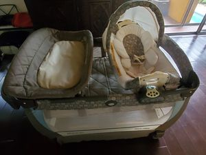 Graco travel bed with changing station, bassinette and changing table. for Sale in Miami, FL