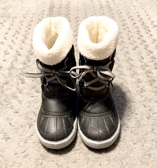 New! Girls Denar snow boots paid $55 size 28 (11) Brand new never worn. Iridescent grey and black. Super comfortable & durable!