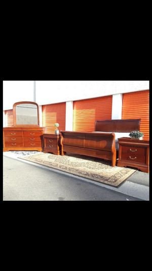 😴😴 beautiful cherry Brown mahogany wood solid king size bedroom set mattress included for Sale in Mesa, AZ