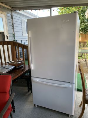 Whirlpool fridge/freezer for Sale in Parkland, WA
