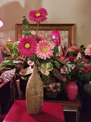 """VINTAGE VASE W/ARTIFICIAL FLOWERS INCLUDED 26"""" NORMAL WEAR CLEAN $25.00 ENGLISH-SPANISH for Sale in Mesa, AZ"""