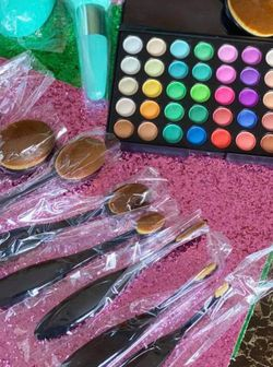 Eyeshadow +brushes +🎁 for Sale in Hilliard,  OH