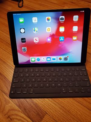 iPad Air 3 10.5 bluetooth + cellular 256g b with keyboard for Sale in Minneapolis, MN