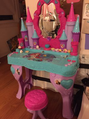 Disney Princess Piano Keyboard Musical Vanity Beauty Salon for Sale in Chicago, IL