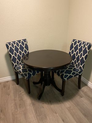 Round wood table w parsons chairs for Sale in Las Vegas, NV