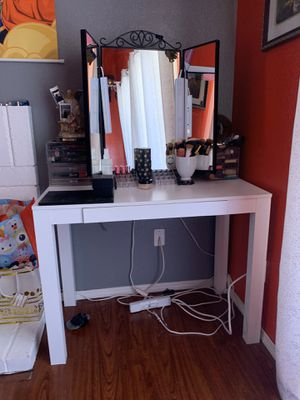 Make-up vanity w mirror for Sale in Moreno Valley, CA