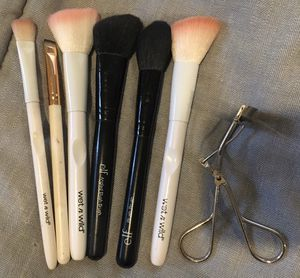 Makeup brushes and curler for Sale in Auburn, WA