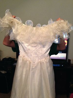 Beautiful wedding gown size 9/10 with matching veil for Sale in Hendersonville, TN