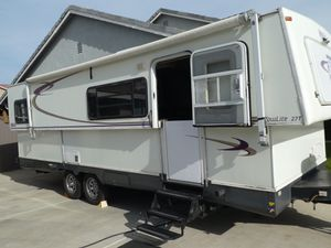 2005 27' Hi-Low Tow-Lite w/tip out for Sale in Menifee, CA