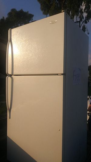 Free refrigerator for Sale in Garden Grove, CA