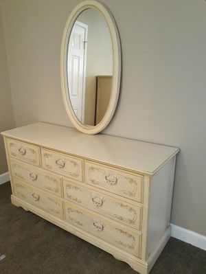 VINTAGE 7DR. DRESSER W/ OVAL SHAPE HANGING WALL MIRROR for Sale in Corona, CA