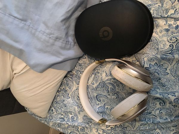 Beats studio Wireless White and Gold (Small damage on right side)