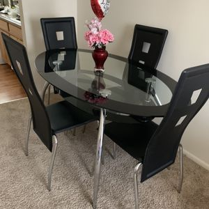 Glass Dining room With four chairs-comedor de cuatro silla for Sale in Glen Burnie, MD