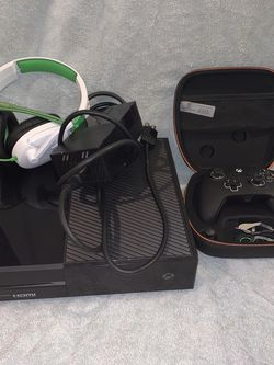 Xbox One - PRO CONTROLER - HEADSET for Sale in Fort Lauderdale,  FL