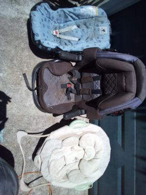 2 car seats and a soothing chair for infants for Sale in Goose Creek, SC