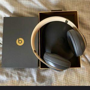 Beats by dr .dre studio 3 wireless for Sale in San Bernardino, CA
