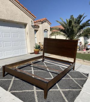 Queen size bed frame ( FREE DELIVERY) for Sale in North Las Vegas, NV
