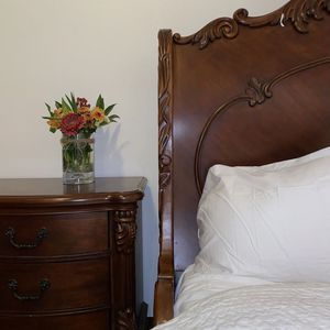 High Lux Wood Bedroom Set, FREE DELIVERY, Beautiful Pieces QUEEN BED for Sale in Portland, OR