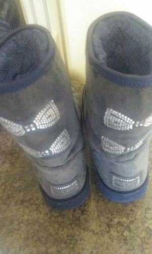 AUTHENTIC SWAROVSKI CRYSTAL BOW UGG BOOTS SIZE 8 for Sale in Chicago, IL