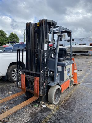 2015 TOYOTA FORKLIFT 4 STAGES for Sale in Miami, FL