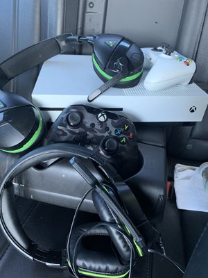 Xbox one S two headphones 3 controllers for Sale in Cleveland, OH