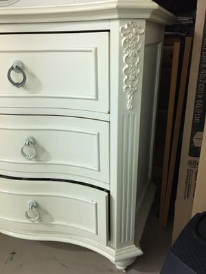 Dresser with mirror- Perfect for a Child for Sale in Miramar, FL