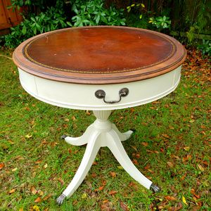 "28"" Round Antique Table with Leather Top for Sale in Tampa, FL"