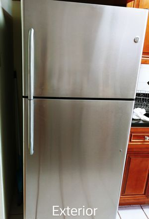 GE 16.6 cu ft Stainless Steel Top Freezer Refrigerator for Sale in Glenview, IL