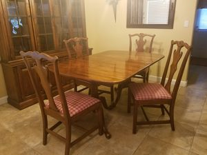 Lovely set! Dining room table and hutch for Sale in Kennewick, WA