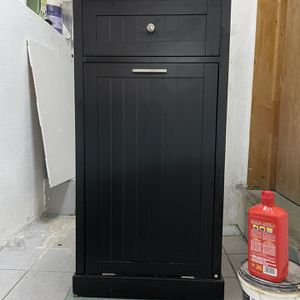 Kitchen cart with 1 drawer and hideaway trash can holder. (BLACK) for Sale in Queens, NY