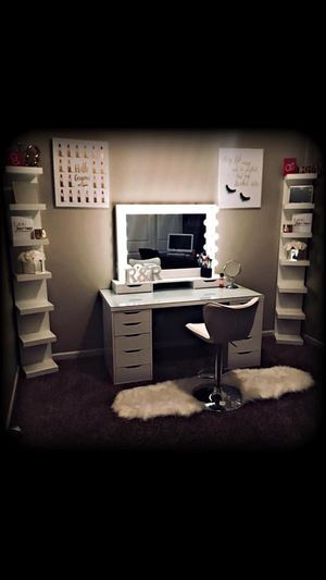 Dream makeup vanity set with lighted mirror and desk for Sale in Fresno, CA