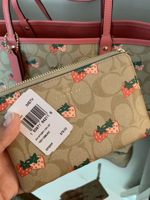Beautiful Authentic COACH reversible tote 👜 🍓& wallet 👛 🍓NEW with Tags 🏷 for Sale in Burbank, IL