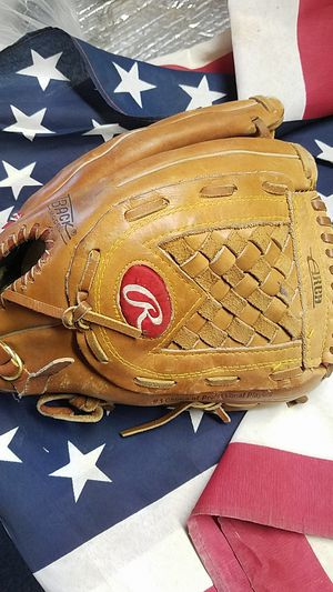 Rawlings Baseball softball glove for the right-handed thrower for Sale in Modesto, CA