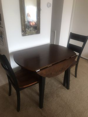 Round table with folding leafs for Sale in Aston, PA