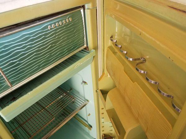 VINTAGE 1969 GE Fridge/freezer in one.