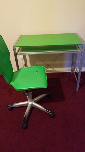 Desk and chair for Sale in Fresno, CA