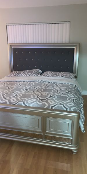 King bedroom set with dresser for Sale in Miami, FL