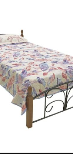 NEW JERSEY Cama personal // Metal and wood twin bed for Sale in Guttenberg,  NJ