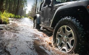 Jeep Wrangler Rubicon wheels and tires for Sale in Las Vegas, NV