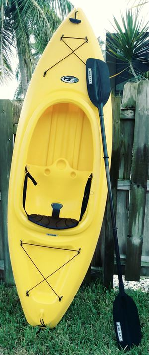 9 ft Clearwater kayak with paddle for Sale in Oakland Park, FL