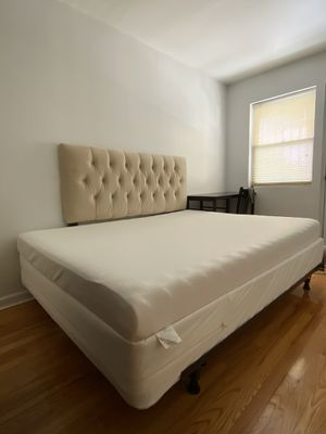 King size bed with mattress for Sale in Queens, NY