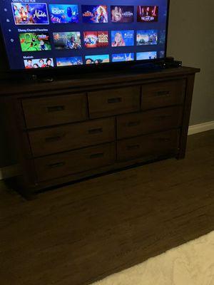 Dresser w/mirrors , nightstands & 5 drawer chest for Sale in San Bernardino, CA