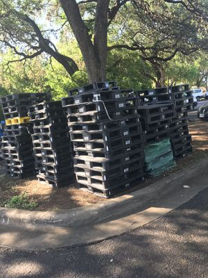 75 Plastic pallets in excellent condition for Sale in Austin, TX