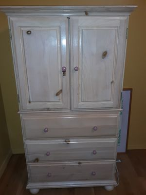 Child dresser with 3 drawers. Space for tv or shelving for Sale in NJ, US