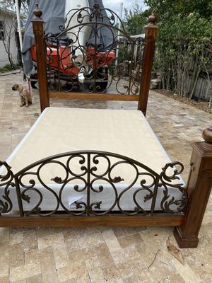 Queen size bed with dresser and bottom base for Sale in Pompano Beach, FL