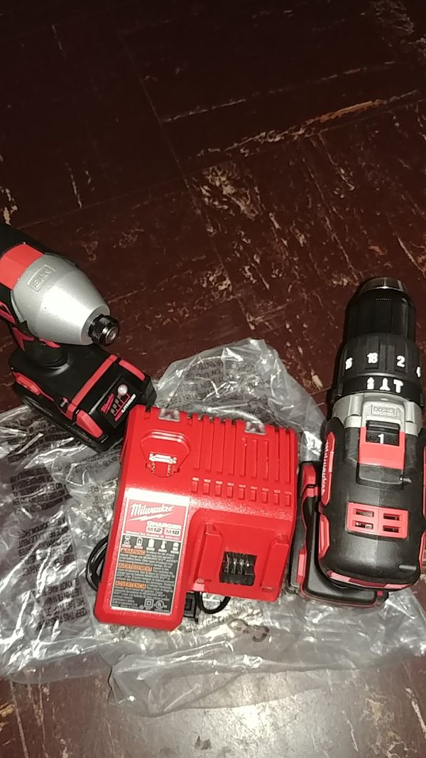 Milwaukee New 18 v Inpac Driver HAMMER DRILL and CHARGER baterías