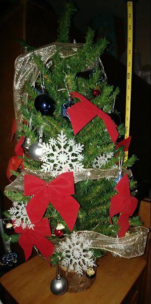 Small Christmas tree / Arbolito de navidad pequeño con base de madera ( tronco) for Sale in Manassas Park, VA