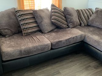 L Shaped Grey Couch (pillows Included) for Sale in Austin,  TX